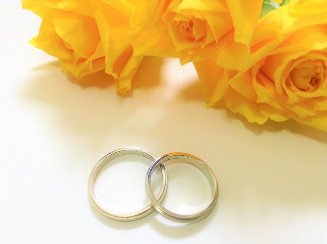 黄色いバラと結婚指輪