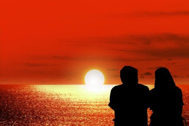 沈む夕日を眺めるふたり