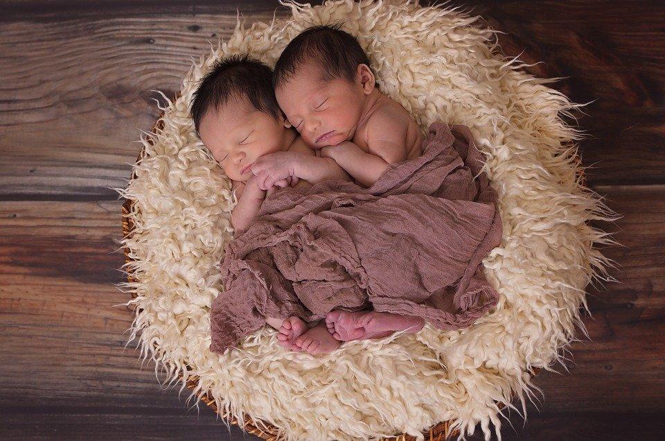 寄り添って眠る双子の赤ちゃん