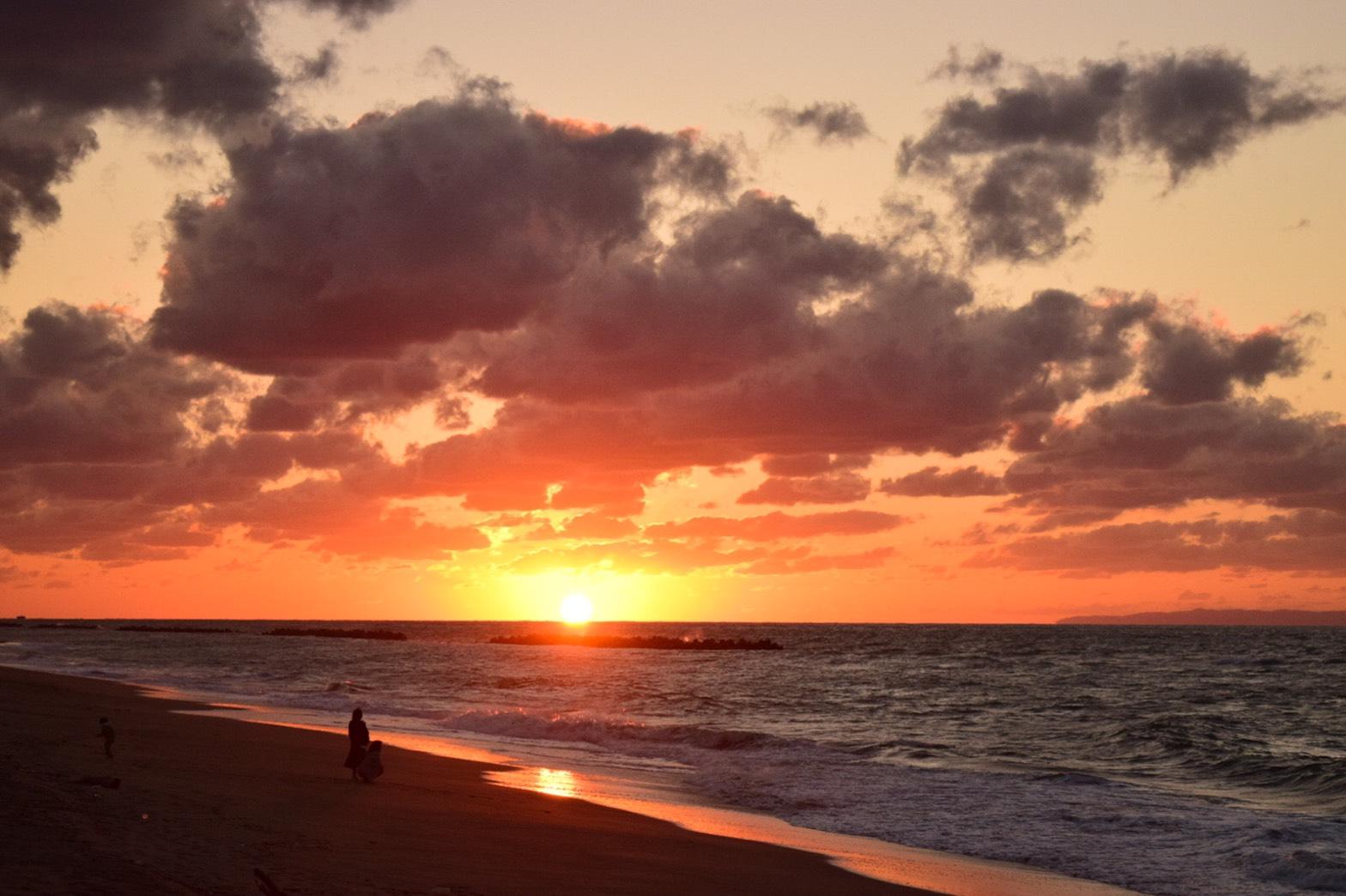 秋の海に沈む夕日