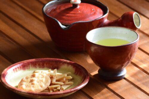 梅色の急須、湯呑み、お皿