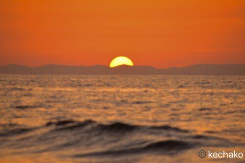 水平線の彼方に沈む夕日